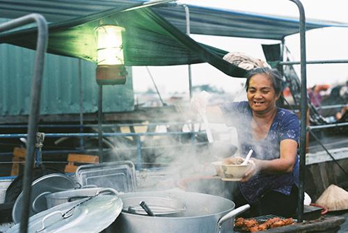 Mộc mạc bữa ăn sáng trên chợ nổi cái răng