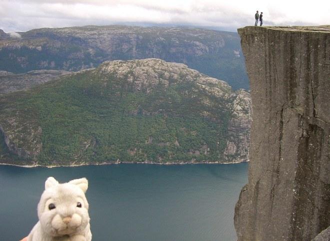Ôm thỏ bông ngộ nghĩnh du lịch thế giới