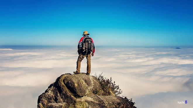 Đỉnh núi muối đẹp mơ mộng thần kỳ với đại dương mây