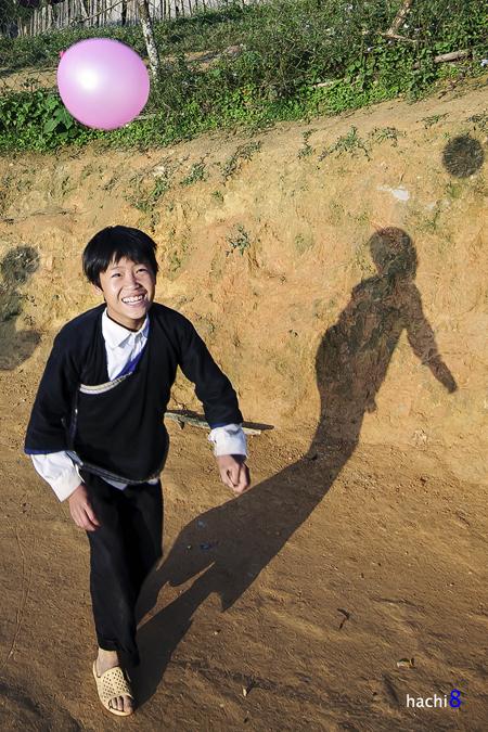 Trẻ em mù cang chải với nụ cười tỏa nắng hồn nhiên