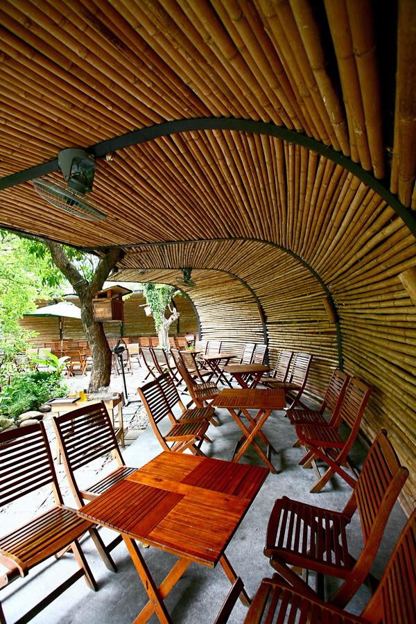 Quán cà phê hút khách bởi kiến trúc cây xanh và hồ cá ở đà nẵng