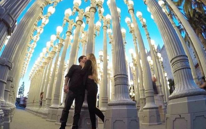 Cặp tình nhân nắm tay du lịch thế giới làm khối người ngưỡng mộ