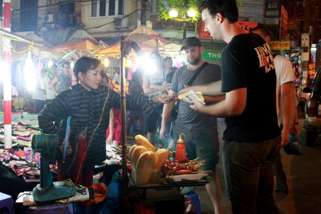 Chợ đêm phố cổ hà nội thu hút khách tây