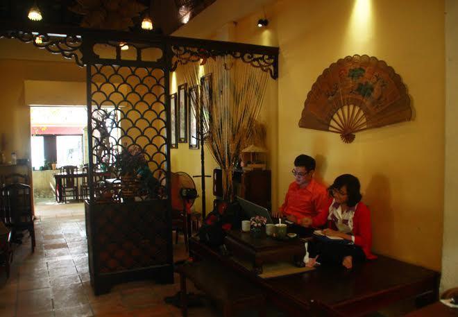 Độc đáo quán trà cổ mộc mạc giữa thành phố