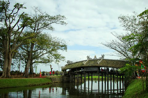 Những cây cầu ngói cổ kính dọc đất nước