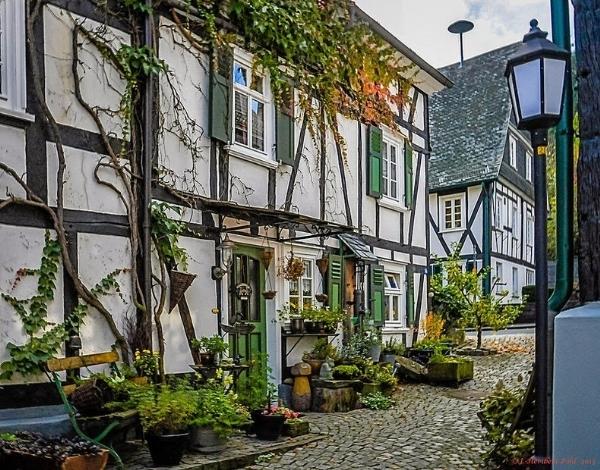 Độc đáo ngôi làng có trăm ngôi nhà như một