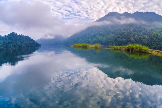 Hồ ba bể viên ngọc xanh giữa núi rừng