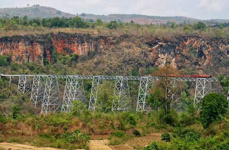 nín thở đi trên cầu cạn goteik cheo leo tại myanmar
