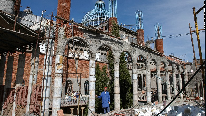 Độc đáo nhà thờ xây bằng phế liệu