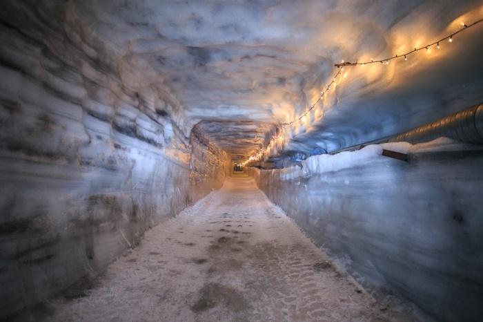 Khám phá hang động băng tuyệt đẹp ở iceland