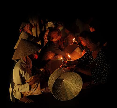 Chợ nón trong bóng đêm gò găng