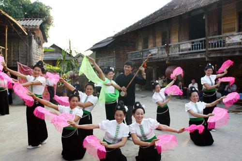 Những điệu múa quyến rũ của thiếu nữ cac dân tộc