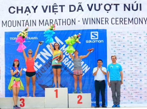 Hàng trăm người nước ngoài marathon vượt núi ngắm sa pa