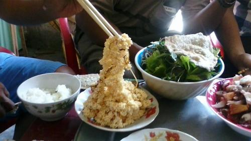 Trứng cá chuồn rán món ăn dân dã ở cù lao xanh
