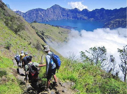Gunung rinjani hành trình cheo leo bên miệng núi lửa