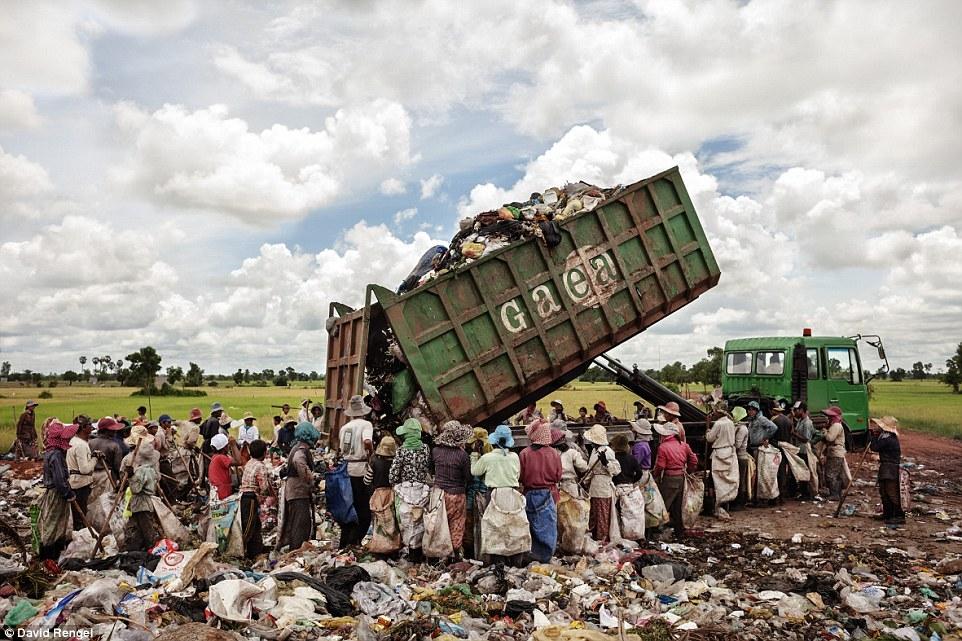 Hình ảnh gây sốc về trẻ em làm việc tại bãi rác nhiễm độc