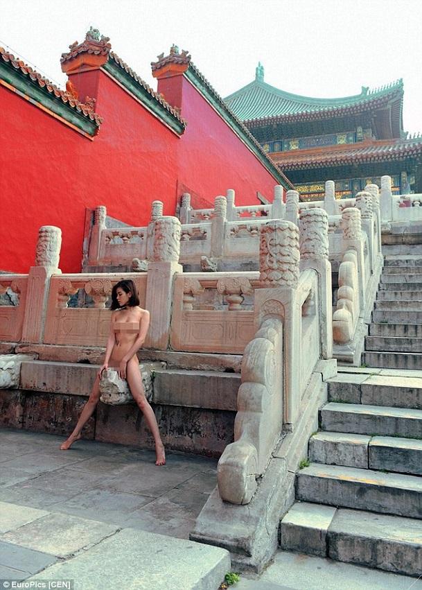 Người mẫu bị ném đá vì chụp ảnh khỏa thân ở tử cấm thành
