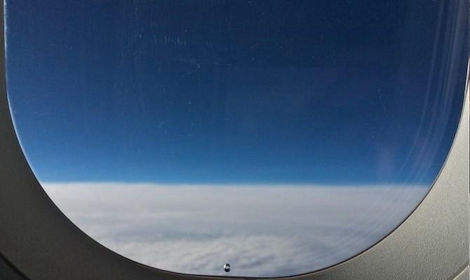 Vì sao cửa sổ trên máy bay chỉ là một lỗ nhỏ