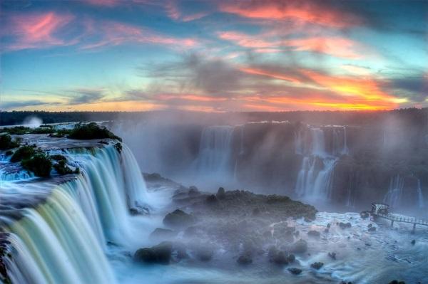 20 thác nước kỳ lạ trái với quy luật tự nhiên trên thế giới