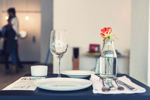 Thưởng thức bữa ăn tại nhà hàng chỉ dành cho khách đơn