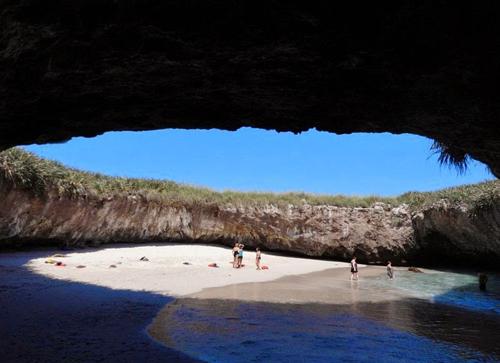 Bãi biển tuyệt đẹp ẩn giấu dưới hố sâu
