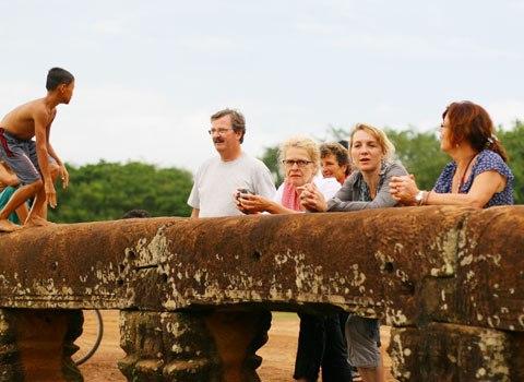 Cầu đá ong 1000 năm tuổi gần angkor wat