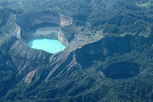 Hồ sinh ba đổi màu ở indonesia