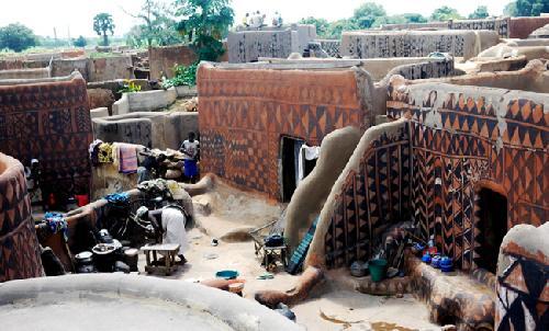 Tộc người đắp nhà bằng bùn và phân bò