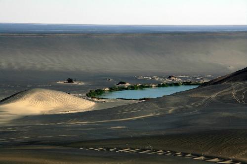 Độc đáo ốc đảo trên miệng núi lửa