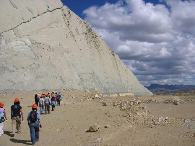 Bức tường đá in dấu 5000 vết chân khủng long