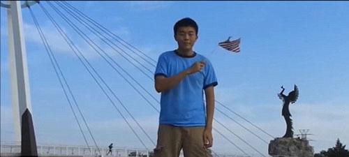 Chàng trai đi vòng quanh nước mỹ thể hiện lòng yêu nước