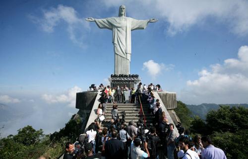 Chụp ảnh trên đỉnh tượng chúa cứu thế ở rio de janeiro