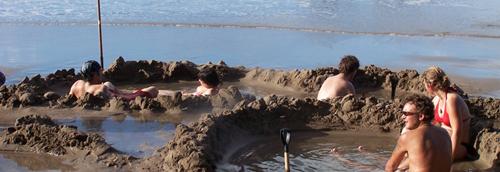 Đào hố tắm ở bãi biển kỳ lạ nhất new zealand