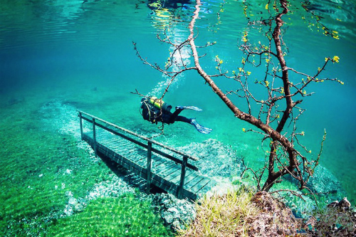 Công viên mùa đông biến thành hồ lặn vào mùa hè