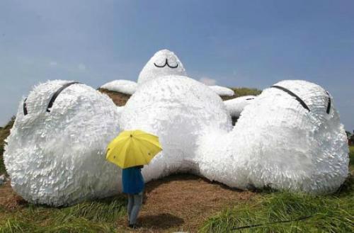 Thỏ trắng hà mã khổng lồ soán ngôi chú vịt vàng