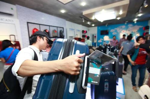 Chen chân mua vali du lịch