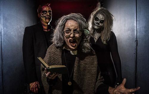Khách sạn ma với những con quái vật dưới gầm giường