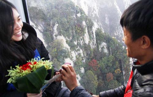 Lời cầu hôn bất thành vì bị khách du lịch phá đám