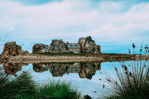 Ngôi nhà giữa hai vách núi đá