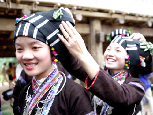 Thiếu nữ lự duyên dáng trong váy áo truyền thống