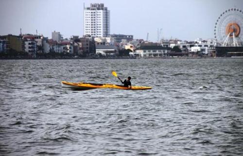 Chèo thuyền kayak trên hồ tây lộng gió