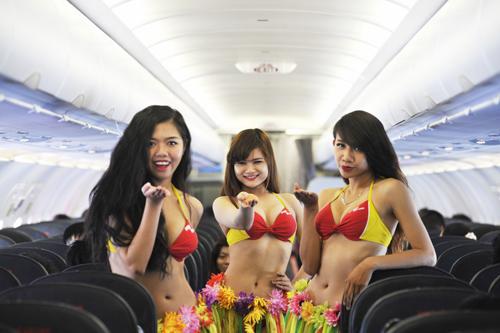 Tiếp viên vietjet múa bikini trên chuyến bay tới singapore