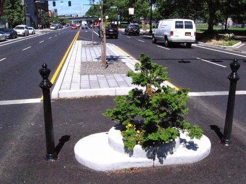 Hố chôn cột đèn trở thành công viên nhỏ nhất thế giới