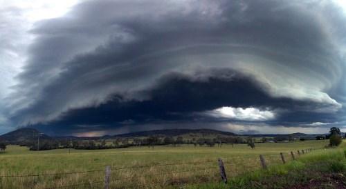 đẹp ngỡ ngàng với những đám mây trước bão