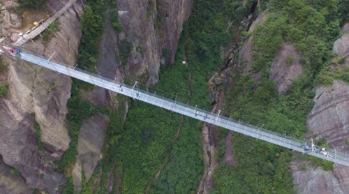Cận cảnh cây cầu bằng kính dài nhất thế giới