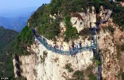 Du khách kinh hãi hét toáng khi cây cầu bằng kính nứt