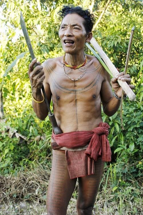 Kỳ lạ bộ tộc mài sắc răng trang trí nhà bằng hộp sọ