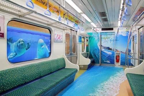 Tàu điện hàn quốc được trang trí như bãi biển di động