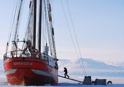Thuyền buồm hóa khách sạn giữa biển băng