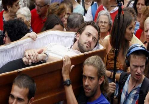 Lễ hội đưa tang người sống và diễu hành dương vật